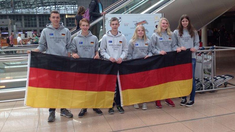 Schüler vor dem Abflug nach Adelaide in Hamburg