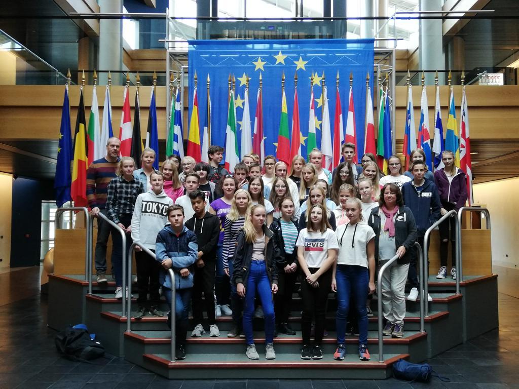 Fahrt nach Strasbourg (24.-28.9.2018). Schülerinnen und Schüler der 8a/b im Europaparlament.